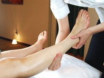 クイーンズウェイ 梅田阪急三番街(Queensway)の写真/【膝~足裏まで★フットリフレ】足元を温めながらの施術で癒され脚スッキリ!冷え、むくみを解消しよう♪