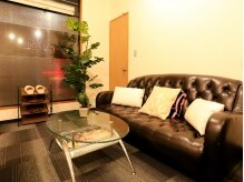 ネイルサロン ヴェルニ(NAIL SALON VERNIS)の雰囲気(大きなソファーがゆったり寛げる待合スペース♪)