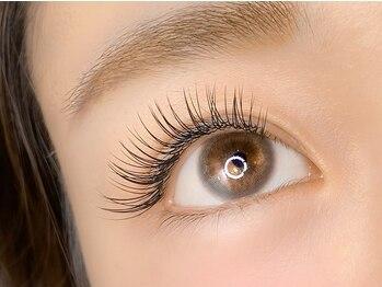 アイラッシュサロン ルル(Eyelash Salon LULU)の写真/従来の半分以下の重さ&特殊形状でモチが大幅UP【フラットラッシュ】で自まつげの負担を抑えナチュラルEYE!