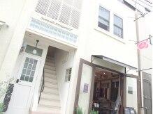 1階がお洋服屋さんの可愛らしい建物、2階ピンクの旗を目印に^ ^