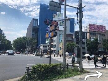 ナーズ アイラッシュ アンド アイブロウ バイ メディカルサロン(NAZ)/青山通りを直進