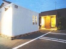 ラニー(Rani)の雰囲気(右の入り口は美容院、左の白い建物が完全個室のエステルーム)