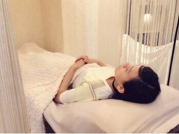 ラシーヌアルシェ(Racine arche)の写真/高級感&清潔感あふれるサロンで、ゆったりベッドに横になって施術を受けられます。リラックスして夢心地♪