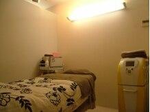 スイートローズ(Sweet Rose)の雰囲気(個室の施術ルームは落ち着いた雰囲気。右はバスト専用マシン)
