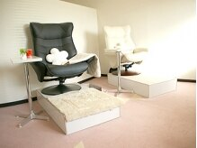 個室のリクライニングソファーでくつろいで施術を受けられます