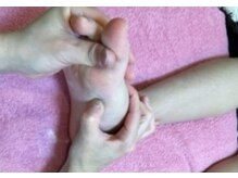 足裏刺激処おくぼんの雰囲気(足裏や甲にある全身の反射区を指でくまなく刺激します。)