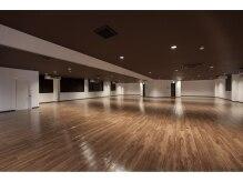 ホットヨガスタジオ ココノハの雰囲気(広々とした、前面鏡張りのレッスンスタジオ。)