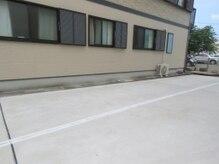 メンズ脱毛 3110R/1の雰囲気(駐車場はサロンに向かって左奥、写真の白線の向こう側です。)