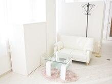 白で統一された美しい内観◎エレガントな待合スペースが素敵♪