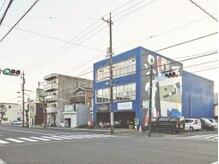 ユースタイル(U-STYLE)の雰囲気(青い壁色とインスタ映えな壁画がお店の目印!)