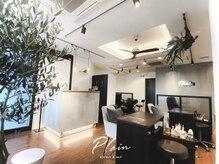 モルタルの壁と白、木で統一された暖かみのある空間☆
