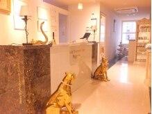 ビューティートリートメント ミニョンの雰囲気(重厚なカウンタースペースに飾られたディプロマが品質の証)