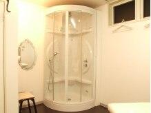 エスパス クレール(Espace Creer)の雰囲気(外国映画に出てきそうなシャワーも完全個室で気がねなくどうぞ!)