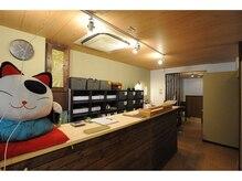 ここもみ 東大阪長田店の雰囲気(入口では癒しのネコがお出迎えします♪)