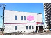 ジュンクオーレ(Juncuore)の雰囲気(白い壁にピンクの看板が目印です♪)