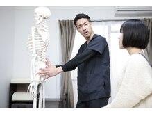 なかしま拓郎整体院の雰囲気(模型や写真を使いわかりやすく丁寧な説明を心掛けています!)