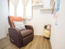 個室のソファお寛ぎいただけます♪ネイルと同時に水素吸入も可能