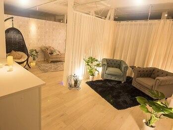 リラクゼーションサロン カクレガ(CAQREGA)/お洒落なソファのある待合室♪