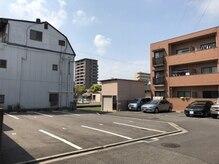 リラクゼーションワークあいきの雰囲気(写真左の2番が駐車場です。お店は右の茶色のマンション102号です)