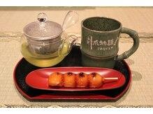 6種の日本茶と和菓子や、昔懐かしの駄菓子をご用意してます。