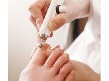 パンプスなどで変形した爪も、ピカピカに磨いて、素足美人に!