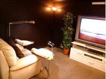 ふかふかソファと大画面TVでゆったりネイルができる♪