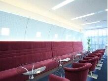 銀座カラー 銀座プレミア店の雰囲気(モダンフレンチをコンセプトに、温もり感じる空間が広がる店内)
