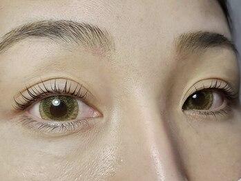 スロウ(SLOW)の写真/【パリジェンヌラッシュリフト】根元から自まつ毛を立ち上げ華やかな印象に♪ナチュラル派におすすめです☆