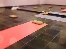 溶岩ホットヨガスタジオ アミーダ 四谷三丁目店(AMI-IDA)の雰囲気(天然溶岩石を使ったスタジオ内での溶岩浴も人気◎)