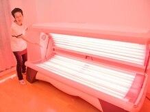 A&H かがやきの雰囲気(機械の中にカラダを横にして入り、全身に光を当てます。)