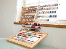 アールデザインストア(R-Design store)の雰囲気(窓際には沢山のネイルサンプルが並んでいます◎)