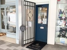 自由が丘駅すぐ不動産屋さんと靴屋さんの間の青い扉のお店です☆