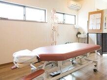 整体院 海癒の雰囲気(様々な施術方法に使用できる施術ベッド。)