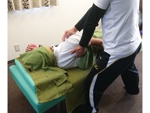 肩甲骨を動かして背中を緩めます