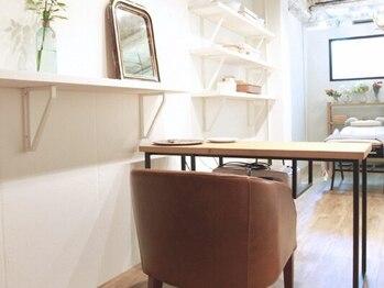 ココン(Cocon by ROSETTA+)の写真/木の温もり感じるプライベート空間でRelax…抜け感あるカジュアルデザインがオススメのネイル・アイSalon