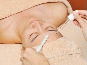 イービーシーシー博多(e.b.c.c.)の写真/【透き通るクリアなツヤ肌に】毛穴洗浄フェイシャル+集中美白ケア☆紫外線によるダメージケアにおすすめ♪