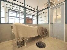 ウェーブス(WAVES)の雰囲気(心地いいベッドでゆったりとくつろぎながら施術を受けられます。)