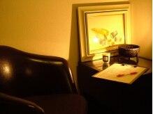 チリン(Chillin')の雰囲気(間接照明が癒し効果を高めてくれそうな雰囲気のいい店内。)