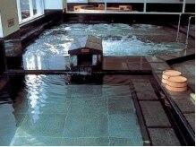 博多 由布院 武雄温泉 万葉の湯 の雰囲気(【大浴場】武雄温泉。アルカリ性単純温泉で独特な湯触りです。)