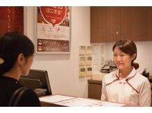 ルアンルアン ヘルスアンドビューティーモール Echika池袋店/まずはカウンターで受付