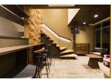 カフェスペースを通り2階スペースへご案内いたします。