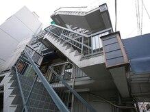 こちらの階段からお上がり下さい。