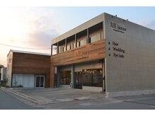 ジルジェニー(jill janne)の雰囲気(コンクリートの外壁とナチュラルテイストを組み合わせた外観。)