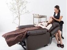 マツエクはふかふかのリクライニングソファで快適な施術時間。