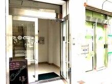 こちらの入り口から3階へどうぞ♪2階は姉妹店の美容室です♪