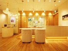 たかの友梨ビューティクリニック 博多マルイ店の雰囲気(【フロント】清潔感のある店内で癒しの時間を演出。)