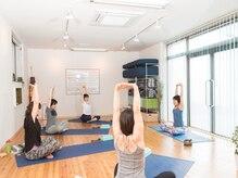 ヨガアンドボディケア スタジオ サリュ(Yoga&BodyCare Studio Salut!)の雰囲気(心地よく身体を伸ばせば肩こりや腰痛もすっきり♪)