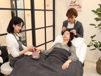 ハナビューティ アシヤ(Hana Beauty Ashiya)の写真/ふかふかリクライニングチェアで優雅なひと時!大人女性の上品デザイン[フラットマットラッシュ120本¥7150]