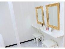 施術後に便利なお化粧直しスペースも完備◎お買い物前にも便利♪