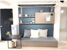 マサ ピラティス スタジオ(Masa)の雰囲気(入り口横にはゆったり座れるソファ。)